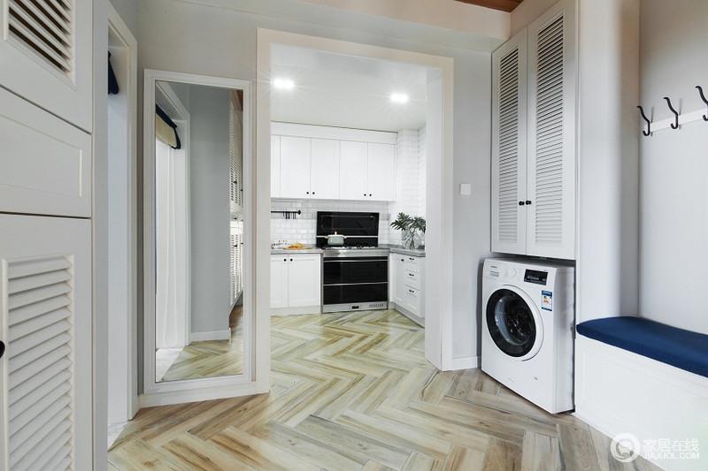 阳台宽敞明亮,收纳柜的设计让居家更加便捷。