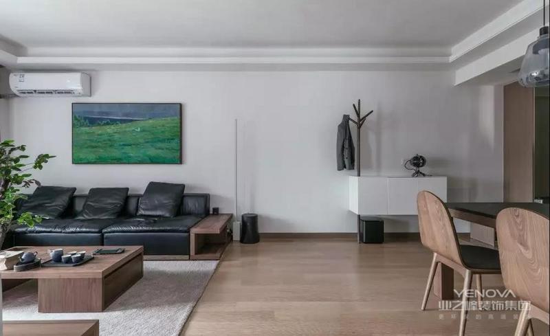 整体空间由木色、白色,以及点缀色绿色组成,和谐而又统一。