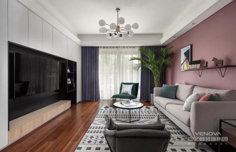客厅,灰白几何图案的地毯增强空间层次,吊灯在深灰色窗帘的背景下,带来灵动轻盈的感觉。