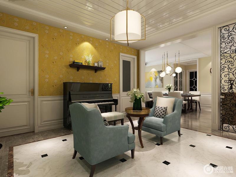 开阔的玄关走廊被合理利用起来,钢琴乐器与优雅的浅蓝色沙发椅,配一件花架,便营造出艺术氛围。背景墙面装饰了热烈活泼的亮黄色花鸟画,与缱绻的玻璃屏风,意趣缤纷。