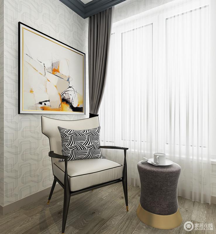 靠近窗户的位置,设计师专门为主人打造了一个休闲区,一把现代古典的扶手椅搭配灰色圆几,满是惬意与悠闲;而褐灰色地板搭配白色暗纹壁纸,白色纱幔和驼色窗帘都以深浅对比调和出空间素雅和沉静,让生活简单却足够精致。