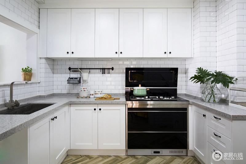 厨房简单的配色加上整洁的收纳设计,便捷美观。