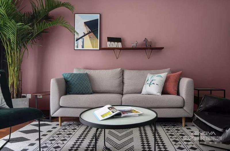 整面高柜电视墙的设计,充分满足收纳需求的同时,经典黑白与木色的搭配简约时尚却又不失温馨感。
