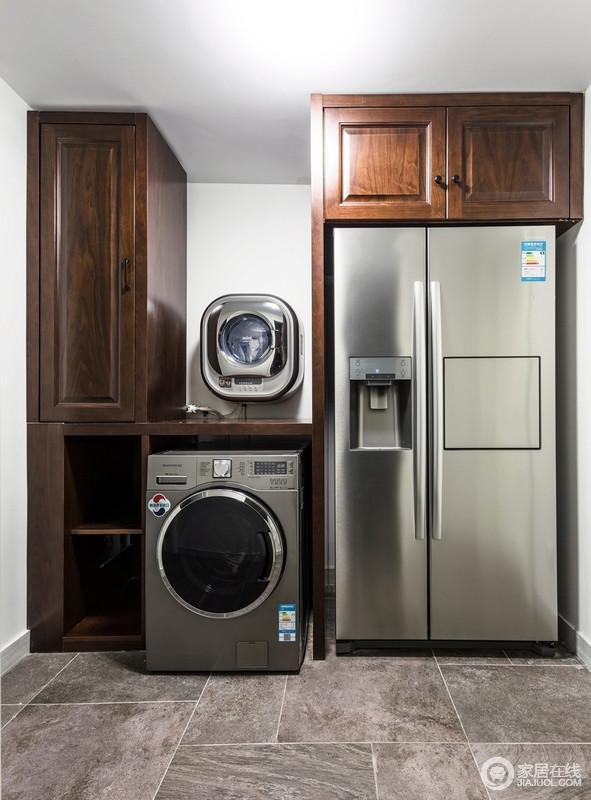 阳台铺贴了深灰色的装饰,并定制了多功能组合柜,冰箱、洗衣机、储物柜整体性组合,既起到保护作用,也更为利整。