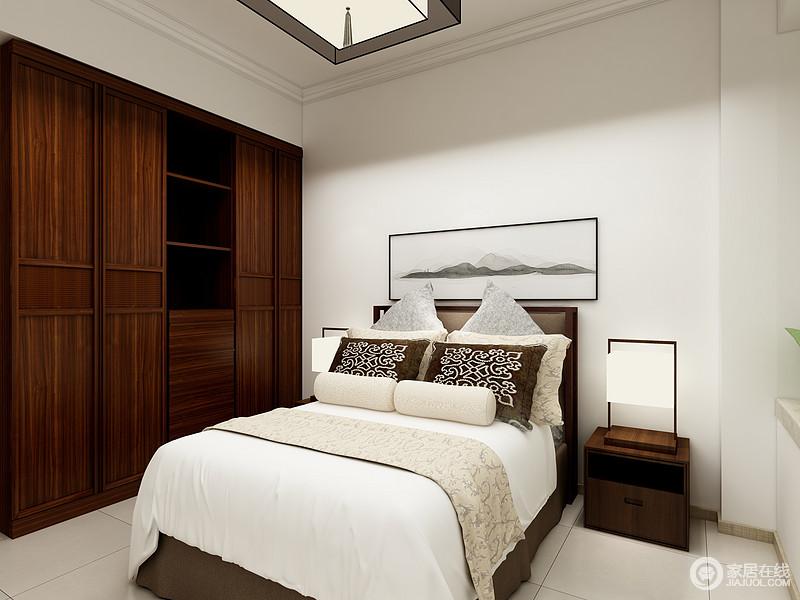 卧室的挑高成就了空间感,即使安装了新中式木质吊灯,都足够空阔;定制的实木衣柜沉稳而具有收纳性,并与床头柜和空间的台灯平衡出中式内敛和气,床品的素色与中式山墨写意画,让生活足够沉寂。