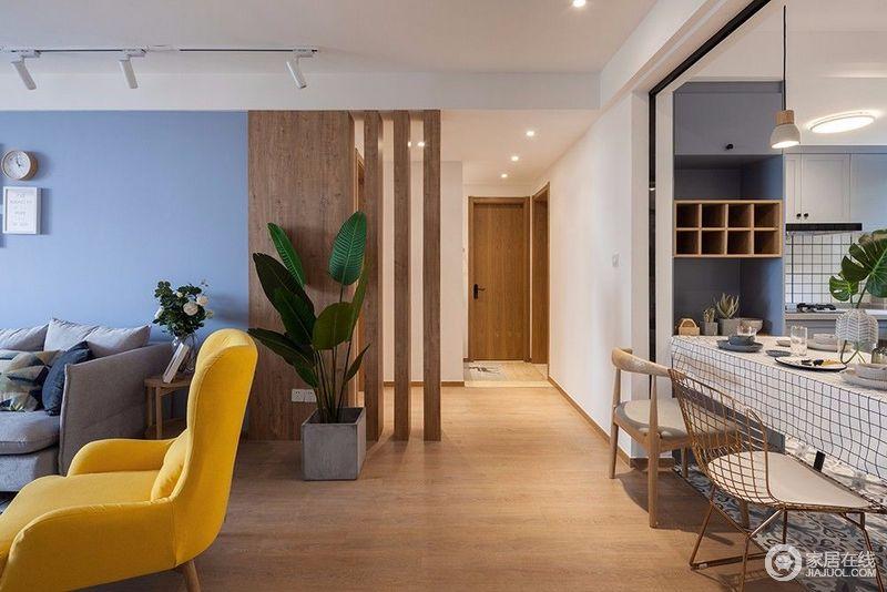 客餐厅通往卧室的过道,辅以原木隔断,同时也遮挡住了卫生间,避免了门厅正对卫生间的直煞。