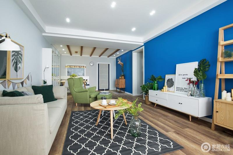 客厅舒适自然的配色加上木质的家具,让空间更加的自然舒适。