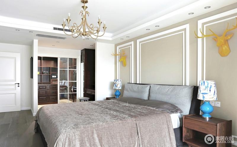 卧室除了满足基本的休息功能之外,专门设计了一个独立式衣帽间,供女主人使用;褐色胡桃木打造的衣柜厚重而实用,却因为白色玻璃格栅门起到分区,让空间利落而有品质。