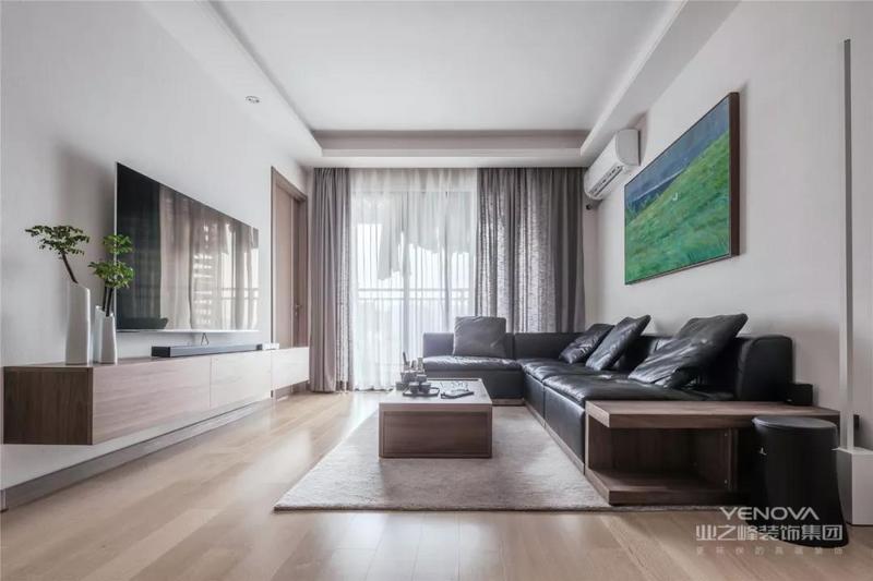 挂画大面积的绿色与空间绿植相互呼应,大面积的玻璃窗带来良好的采光,营造通透明亮的空间氛围。