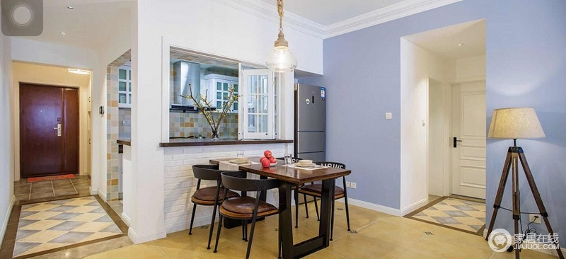 餐厅木质的家具加上靠墙的吧台,实用又美观。