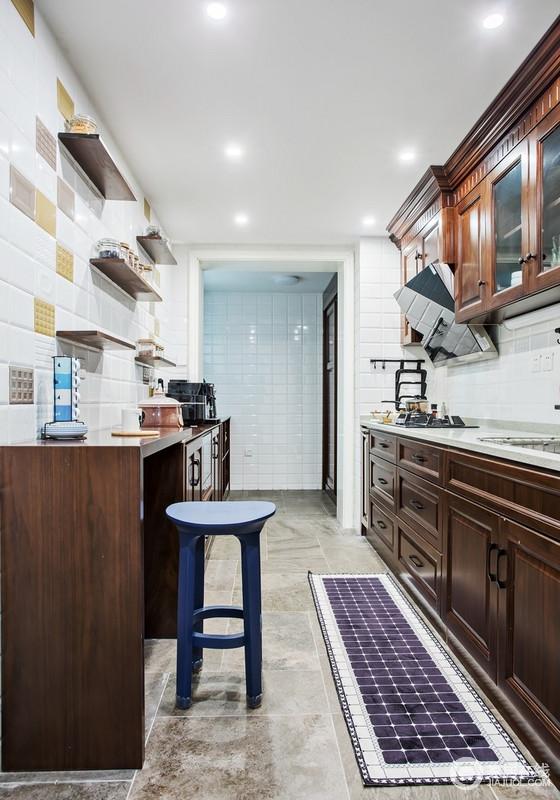厨房是女主人最喜欢的部分,褐色原木橱柜与白色小瓷砖组合得浓淡适宜,既不会太过厚重,也不显得过于轻飘,实现功能之余,平衡储物和美学,也让人心情舒畅。