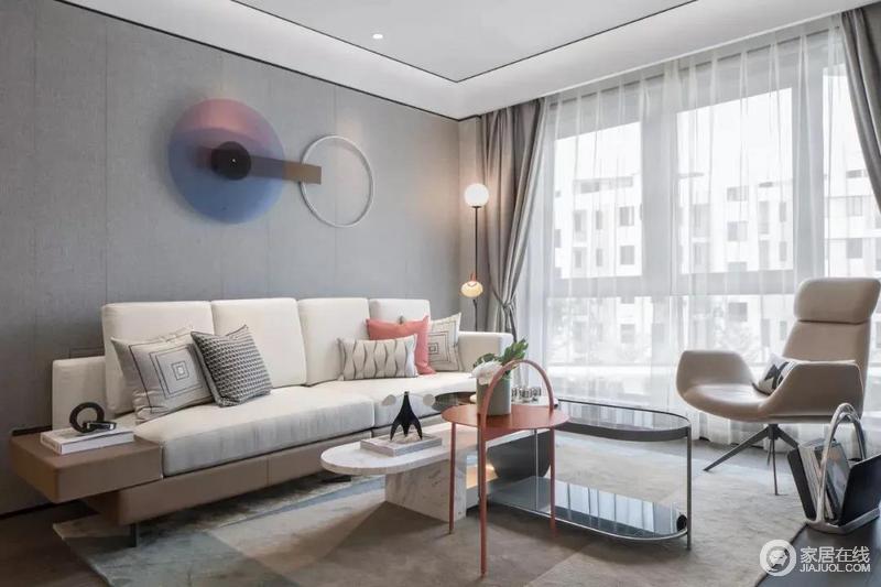 客厅深灰色沙发背景墙与米灰色的沙发形成色彩反差,层次之中显出色彩魅力;空间无主灯的设计使空间更加宽敞,落地台灯调节着空间气氛,并与个性的大理石玻璃茶几、红色圆桌构成家的时尚,搭配圆形时钟,令生活充满质感。