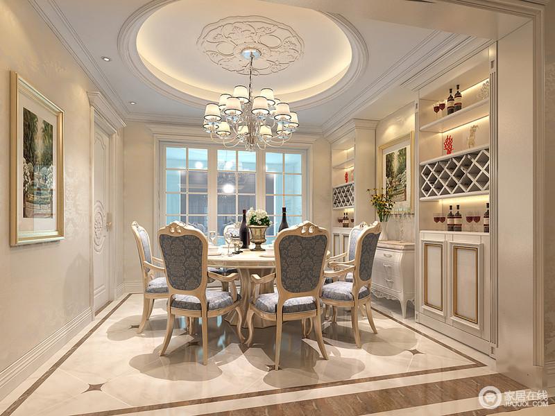 餐厅在造型上以天圆地方的概念呈现,雅致的圆桌前蓝色的印花布艺装饰在餐椅上,透着温情浪漫。对称的酒柜上,以不同规格收纳置物,丰富了储物功能。