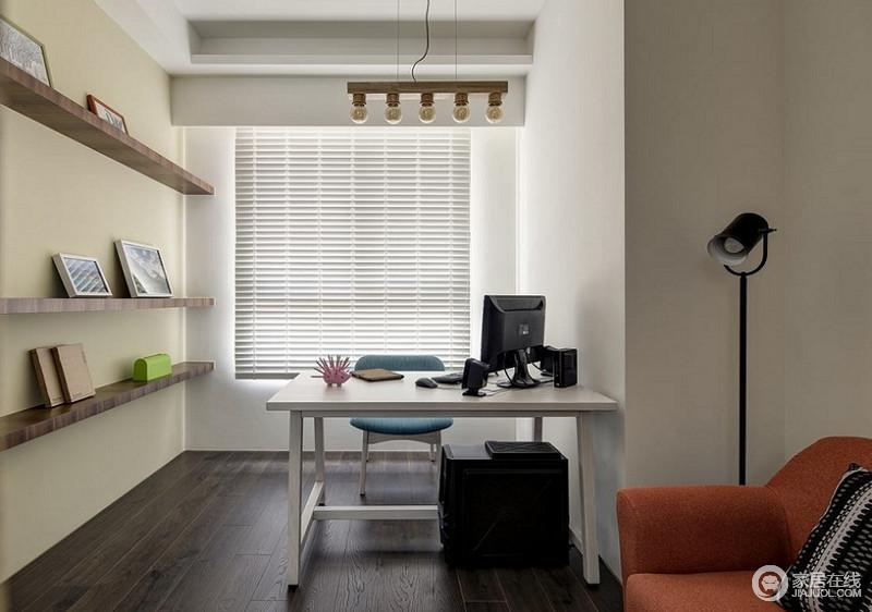 书房的墙面以白色为主,搭配米黄色涂料,粉刷出淡暖,缓解空间的暗沉 ;百叶窗帘与实木地板以不同的线条之美,成就空间的简约艺术,再加上实木悬挂架和彩色家具搭配其间,构成文艺情调。