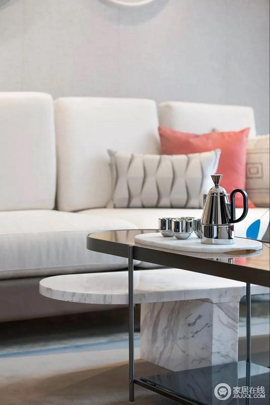 米灰色沙发搭配白色花纹的大理石小茶几,干净温暖,而彩色靠垫调和着空间用色,赋予生活更多色彩活力。