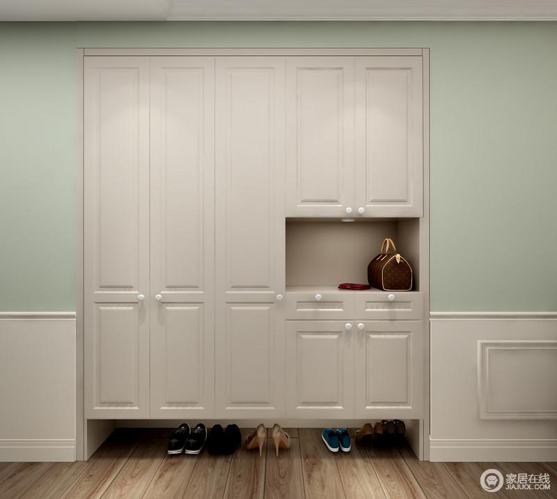 门厅利用墙体凹陷做了入墙式门厅柜,将强大收纳功能藏于无形;绿色的墙面搭配白色柜,简洁而清新,让主人一回到家,便感受到一丝惬意。