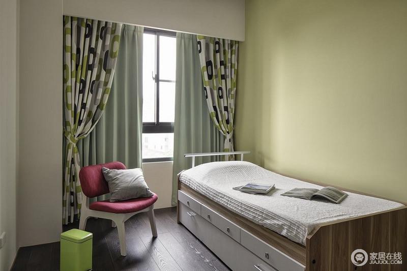 儿童房简单明了,以青黄色漆粉刷墙面,带来清新之悦;豆绿色窗帘搭配实木家具,调和出一种难得的安适感,床底的收纳柜美观又实用,解决了主人的收纳需求。