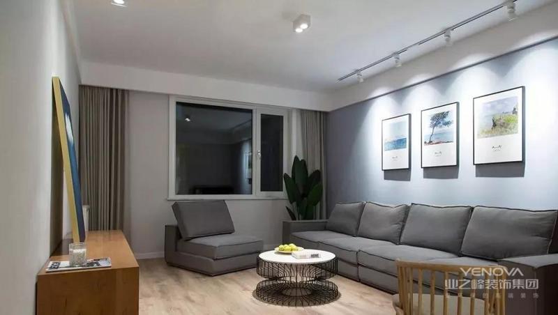 现代简约风格在空间的设计上强调的是室内空间开阔的理念,是在中小户型中经常采用的设计风格。这样的设计风格没有过多的装饰物,主要以简单的线条和装饰简洁的造型来体现出现代简约型的设计。与传统的装修风格相比,现代简约风格设计是提出了原有的繁琐、复杂的设计元素,采用留白的设计来营造出空间中的个性与宁静,对于每个室内设计设计师而言,把握好整体房间的空间感和选择营造居室居住环境,其难度比一般意义上的设计更加困难,所以这就是简约却又不简单的现代简约设计的装饰要素。