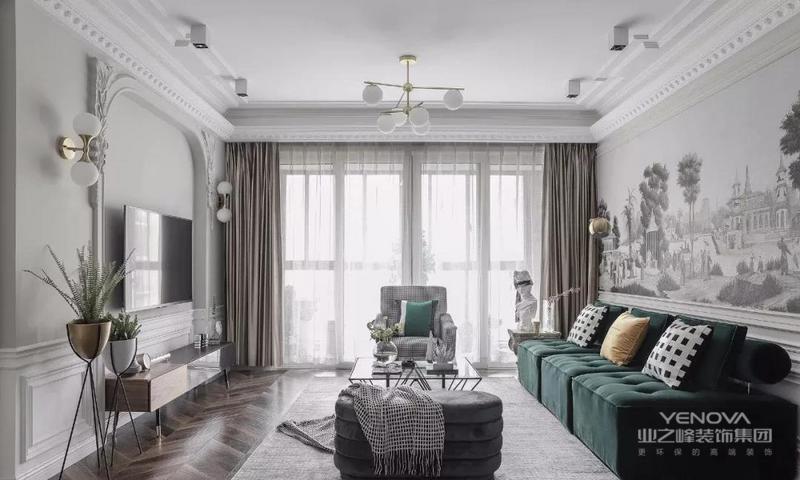 客厅以白色和浅灰色为基调,胡桃木色鱼骨纹路地板,经典祖母绿丝绒沙发,搭配现代经典造型的千鸟格单人沙发和灰色绒面弧形榻凳,营造大气雅致韵味