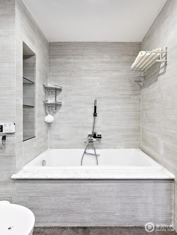 卫生间用高冷色调的砖石铺贴墙面,简洁利落,也因为墙面收纳设计更为简约自然、实用,尽情沐浴在这个足够素静的大浴缸里吧。