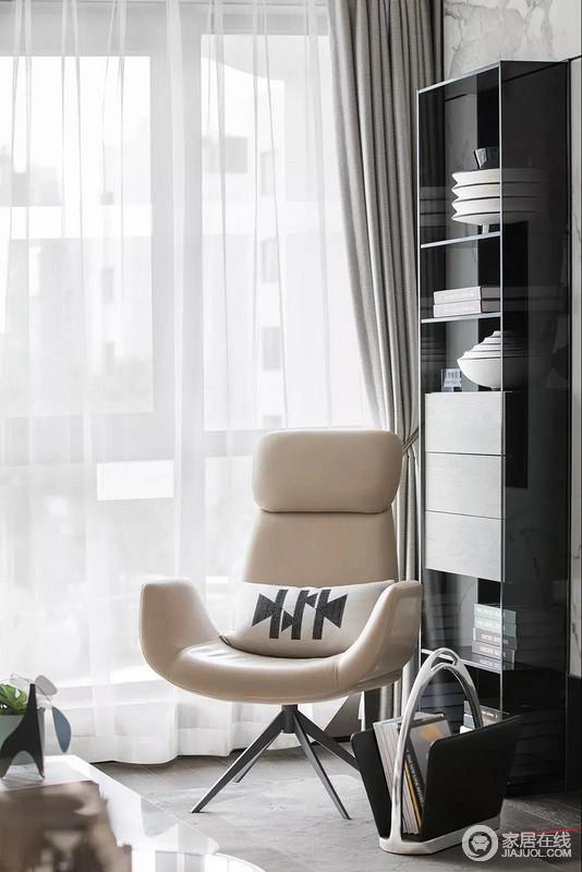 空间铺贴了灰色地砖,墙上的大理石纹砖给予空间自然的肌理,轻巧的书柜搭配驼色的皮质座椅,撞击出温静与现代质感,让这个家多了一丝浪漫轻奢与文艺。