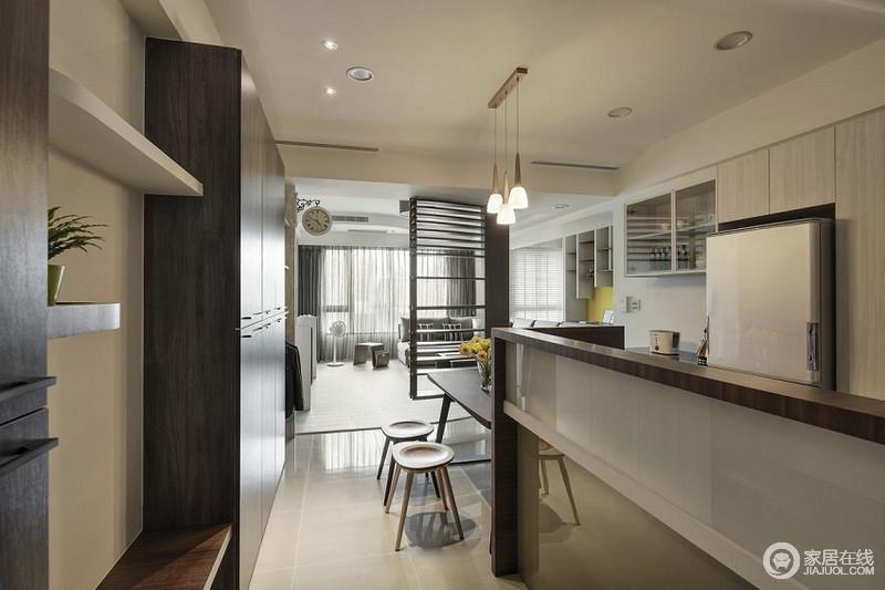 厨房开放式的设计更加符合现代生活的理念,吧台的设计不仅解决了厨房的收纳,也增加了生活的惬意;规整利落地定制实木柜以材质成就层次,组合出都市生活的简洁。