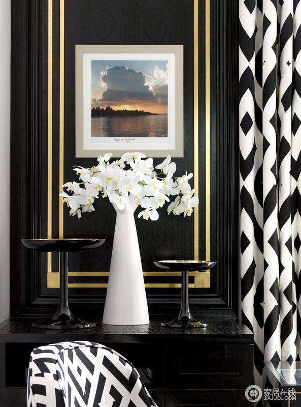 这是书房的一角,却演绎着黑白抽象艺术,贵气之中,让空间具有一种古典的美学;黑色板材的墙面因为金色边线格外醒目,而白色花瓶造型特别,与黑白窗帘呼应着经典艺术。
