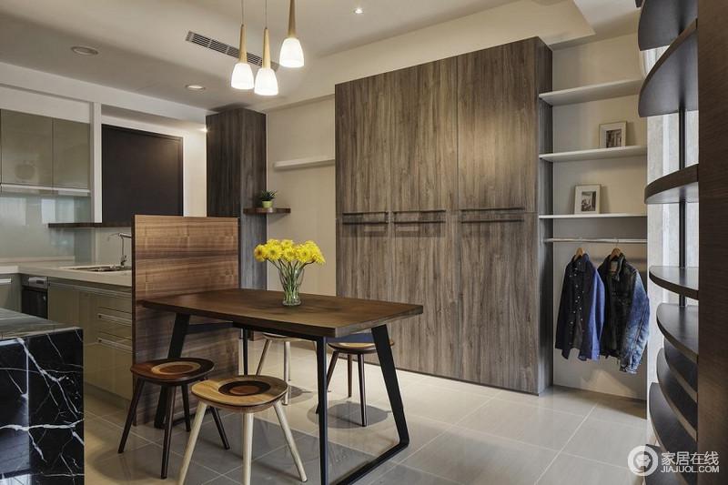 餐厅木质的材质,配上极简的设计装饰,让居家生活更为自然与朴质;原木收纳柜与悬挂架让日常生活更为讨巧,带来一种放松的状态。