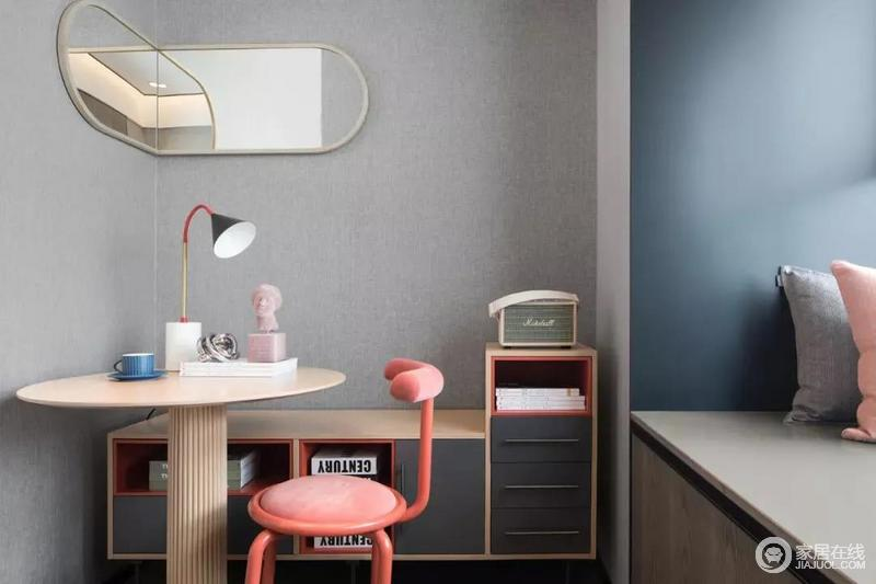 书房采用榻榻米的卡座的设计,让空间具有功能性;灰色与蓝色形成色彩对比,悬挂的旋转的镜子可以用来折射光线。也会显得空间更大一点;实用的的落地式书柜、圆桌和桃红色的椅子营造出现代摩登,拼色台灯、雕塑艺术品点缀出空间的文艺气息。