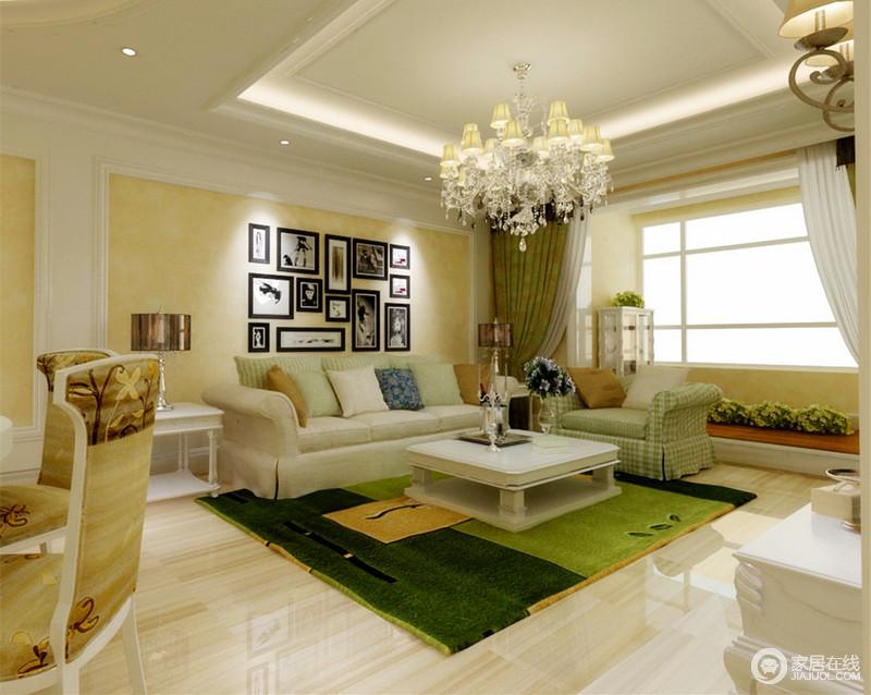 客厅用温馨的米黄色搭配干净的白色,营造出温暖舒适的空间环境;柔软的布艺沙发组,则用自然色的绿意配搭,格纹、花植点缀其间,加上照片墙的营造,空间丰富层次中有着动人的自然意趣的优雅情调。