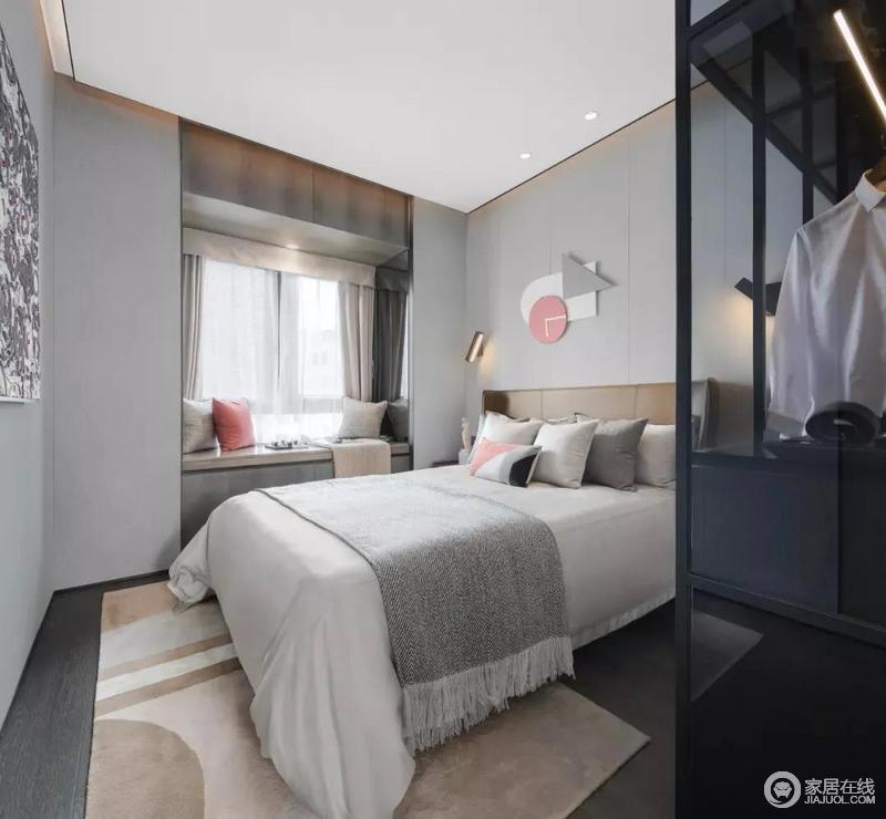 主卧以浅灰色为主色调,深色地板和衣柜来实现空间轻重的平衡,黑色玻璃衣柜让空间具有通透感;驼色系窗帘、地毯及些许珊瑚橙点赞,令空间沉静之中不乏温馨。