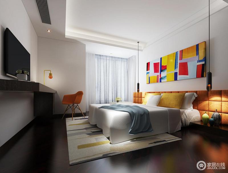 色彩为空间注入生命力,设计师将墙裙与双人床靠背结合,以活力橙色软包充当,配搭同色系的座椅及多彩的色块画作,在白色的简净纯粹中,将愉快的心情交织于卧室房间中,营造趣味个性的休憩环境。