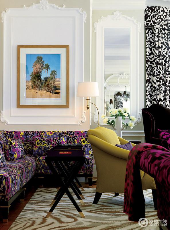 客厅的另一侧花卉沙发艳丽妖娆,与沙发后的白色石膏墙的几何造型设计,构成一种动感;墙上挂着的美洲风情图很有味道,与黑白调的窗帘、黄色扶手椅组成时尚摩登。