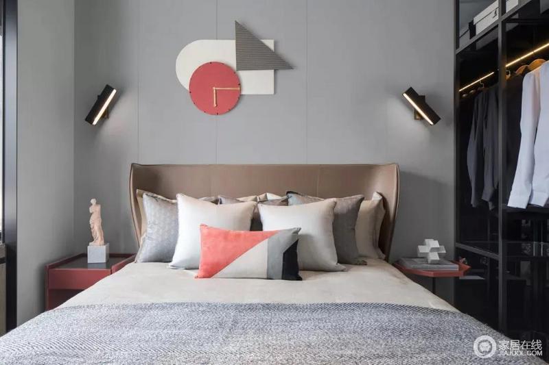卧室背景墙多边形时钟鲜活的色彩赋予家生活的温度,珊瑚橙的加入让空间瞬间多了一些活跃的气氛,再加上中性色的整个卧室多了一丝丝暖意。