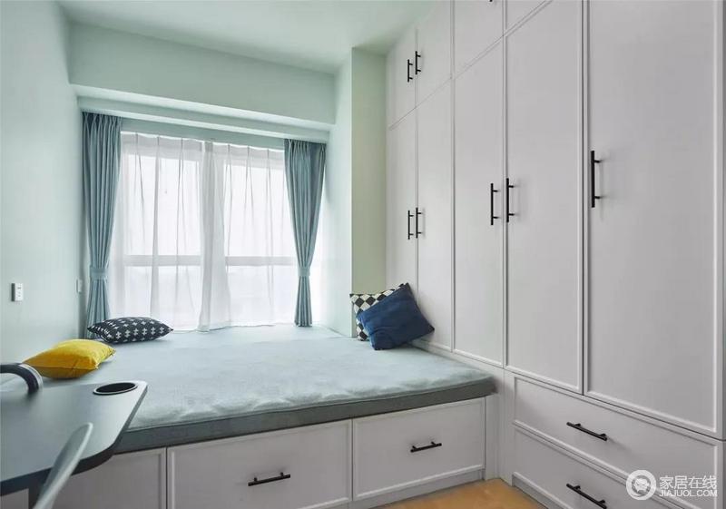 次卧用榻榻米和一整排的衣柜设计带来强大的储物功能;一旁还放置了书桌椅,满足书房的功能;一房两用,既可休憩又可学习。