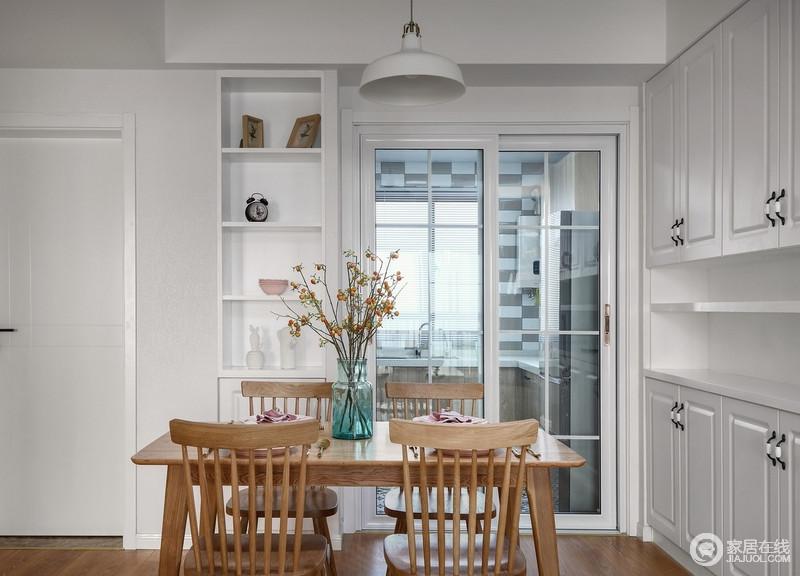 餐厅与厨房通过白色推拉门区分,功能和区域性明确,解决了油烟问题;实木的餐桌餐椅与白色的餐边柜、摆设,使整个空间搭配清新而不无趣。