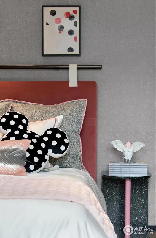 珊瑚色用于儿童房很是融洽,给原本灰色调的空间,带来一种温暖甜蜜;卡通造型的软装、艺术品的童趣,秀气地大理石边桌,赋予空间创新和个性。