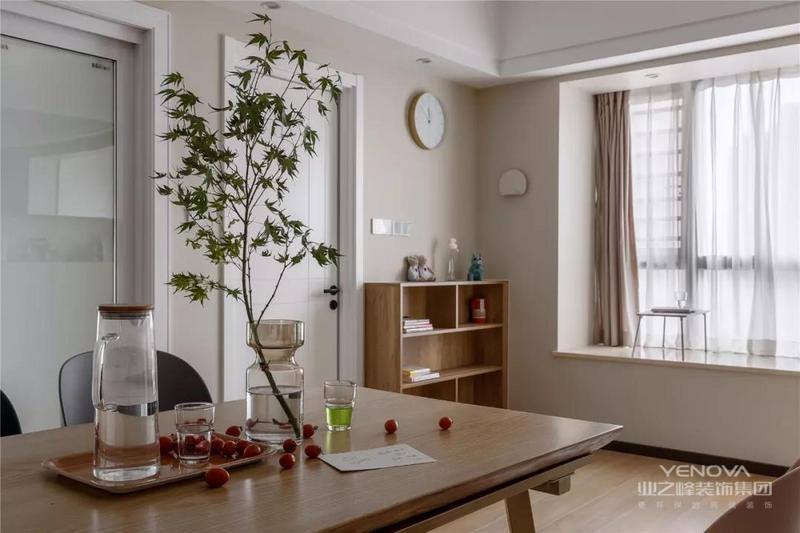 木质的餐桌,角落还有一个同样木纹的餐边柜,在暖色调的墙面搭配下,带来的是一个温馨优雅的氛围感