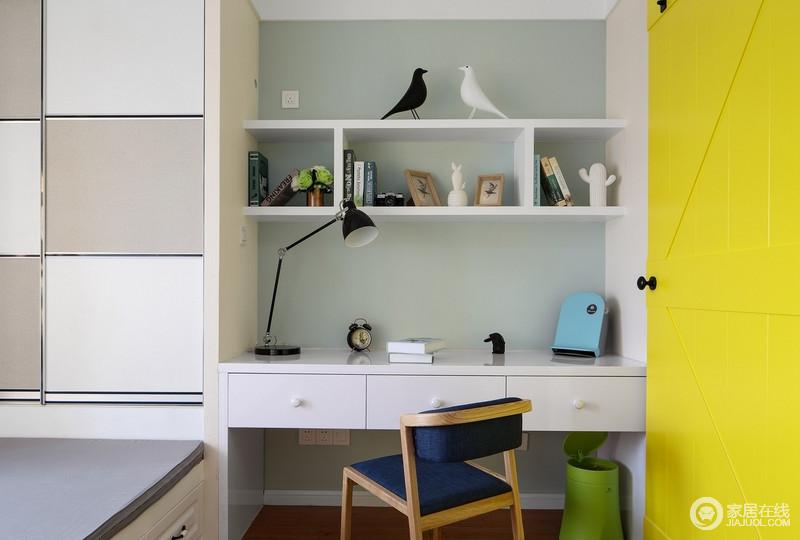 书房作为业主平日里休闲充电的地方,简单的书房以书柜和榻榻米的组合形式,让实用成为空间的主旨;浅绿色的漆搭配黄色木门,激活了生活的色彩,更富活力。