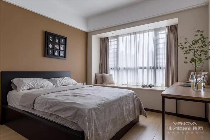 ▲卧室床头墙是深咖色的背景,中间挂一幅黑色九宫格装饰画,搭配黑色的床铺,布置出一个端庄气质的睡眠区域。