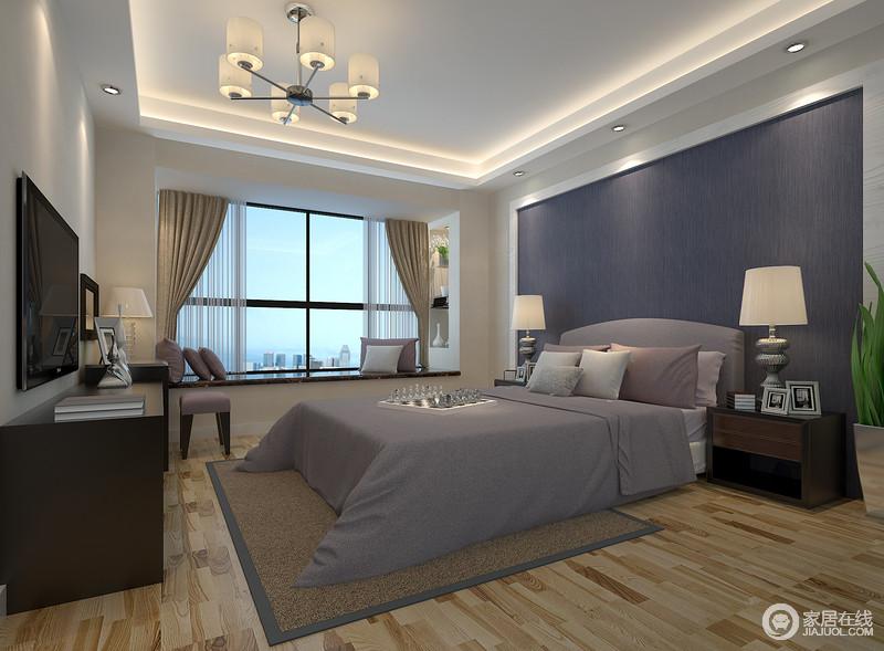 卧室在白色的基础上,用大面积的灰蓝色背景墙奠定了空间的沉静,再加上灰色系床品和驼色系窗帘的搭配,平衡出空间的冷静;现代镜面家具、个性的小凳亦或金属台灯,都点缀出了生活的精致,让你放慢脚步,坐在飘窗上好好放松。
