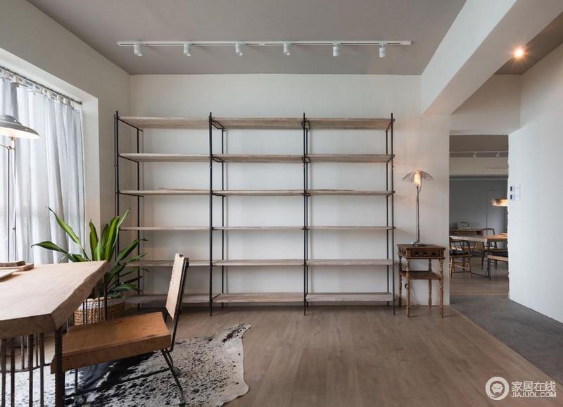 整个空间并没有太多的装饰,而是以空间来放大生活的舒适度,不管是白墙的单一,还是原木地板的自然朴质,都营造出淡淡地温情;几何书柜具有超强收纳性,与原木桌椅、新古典边柜,构成木质感,简单中蕴藏着生活的智慧。