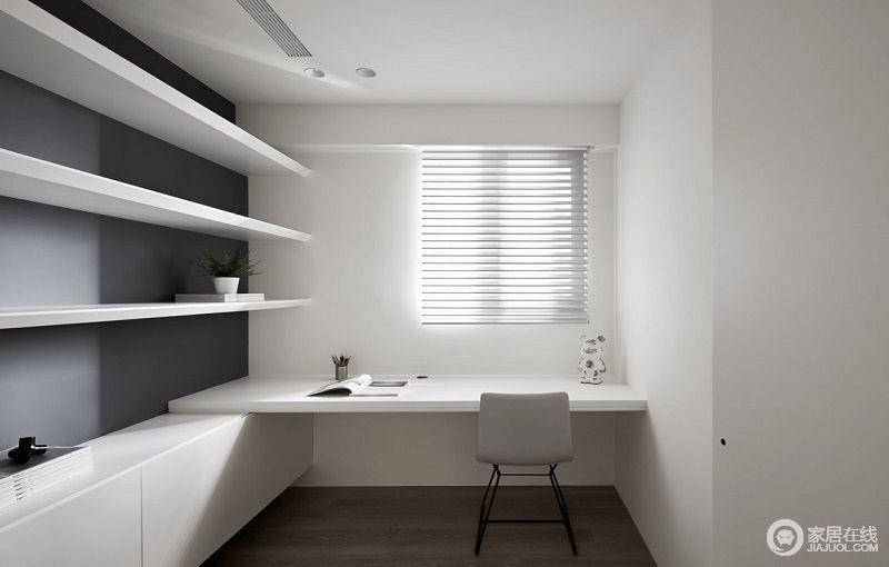 书房以白色为主,深灰色墙面借白色书架形成反差,让空间多了节奏感;光线透过百叶窗照进室内,让空间多了线性之美。