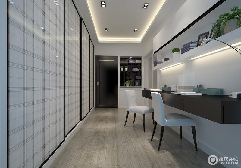 衣帽间在设计上着重突出功能性,正面墙作成了一个嵌入式的收纳空间,用黑白格纹立面装饰出趣味,缓解了灰色木地板的沉闷,而收纳架与家具在黑白色之间,翻转出了现代格调。