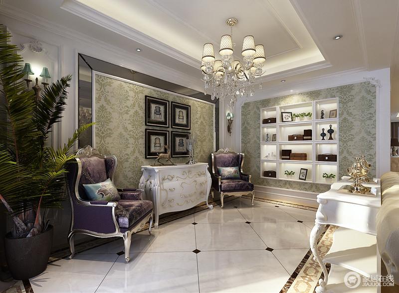 米黄沙发与白色曲腿边桌,既作为区域划分,又承担休闲与置物功能;走廊通道正对的墙面,以护墙板结合壁纸,内嵌格架形式,实现美观大方的功能性;背景墙上灰色镜面修饰出几分时尚,对称紫色沙发椅与描金柜,诠释高贵典雅魅力。