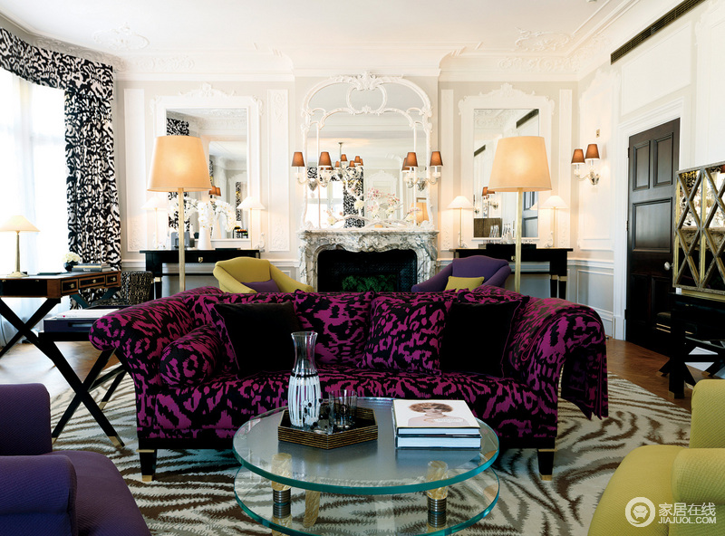 紫色花纹弧形布艺沙发摆放在客厅,十分具有古典的壮丽与华贵,而后面的立式台灯的灯光光线将整个客厅的设计融合在一起,色彩的跳跃之中带着美式雍容。