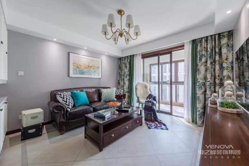 客厅空间在灰色调的墙面基础,搭配上复古范的地砖与电视墙,还有棕色的美式皮沙发,花纹纹理的窗帘,使得空间充满文艺与端庄的气质。
