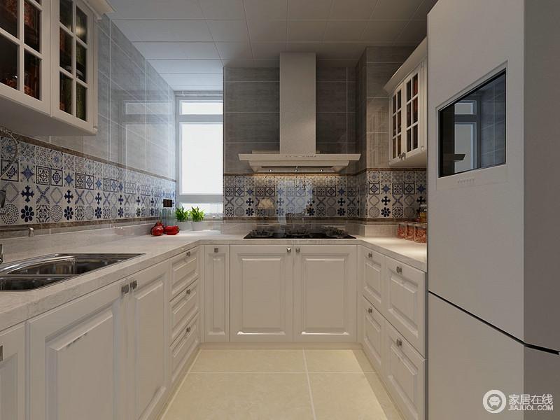 厨房内灰色砖石搭配蓝色花卉砖,让空间素雅而具有质感,再加上白色厨柜U字形的设计,更是让生活方便了不少,