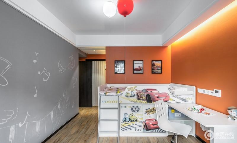 小儿子的房间色调采用灰色与橙色搭配,色彩明快带着孩童的可爱,墙上的涂鸦给空间增添了一份艺术气息。