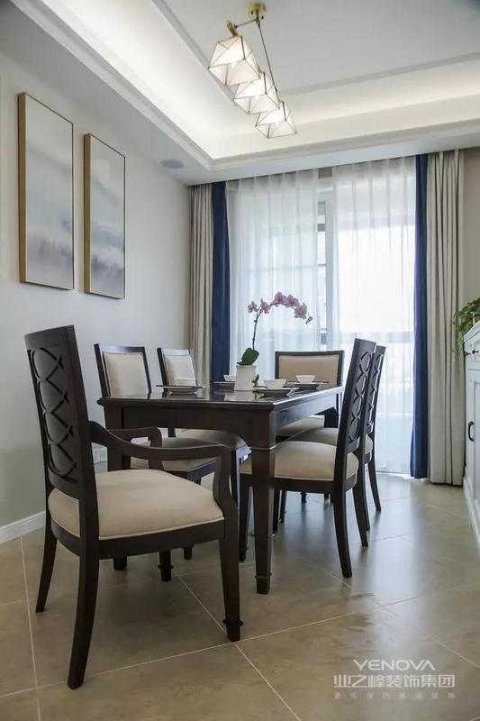 沉稳色系的餐桌椅让餐厅空间看起来更加的有沉稳气质,而这个三色窗帘又是一个很好的装饰,给这个沉稳的空间带来一丝浪漫气息